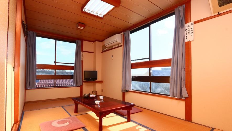 3階和室7.5畳◇横窓からは海、もう一方の窓からは島の街並みが見えます!