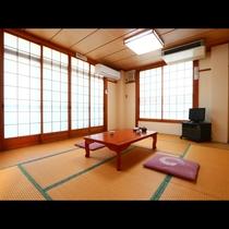 2階和室10畳◇襖の先には海が一望できます!