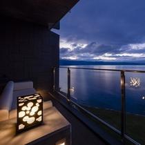 移り行く空を眺めながら過ごす 客室テラス