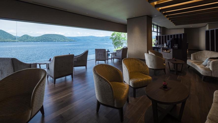 【ライブラリーラウンジ】洞爺湖を眺めながらゆったりとお過ごしください