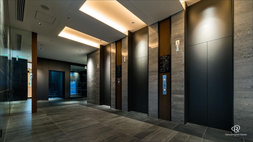 1Fエレベーターホールフロントは2階にございます。お客様のお越しを心よりお待ち申し上げております。