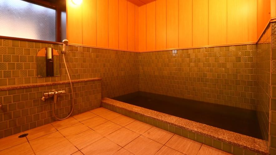 *広々とした浴槽で、湯の温もりを存分にお楽しみください。