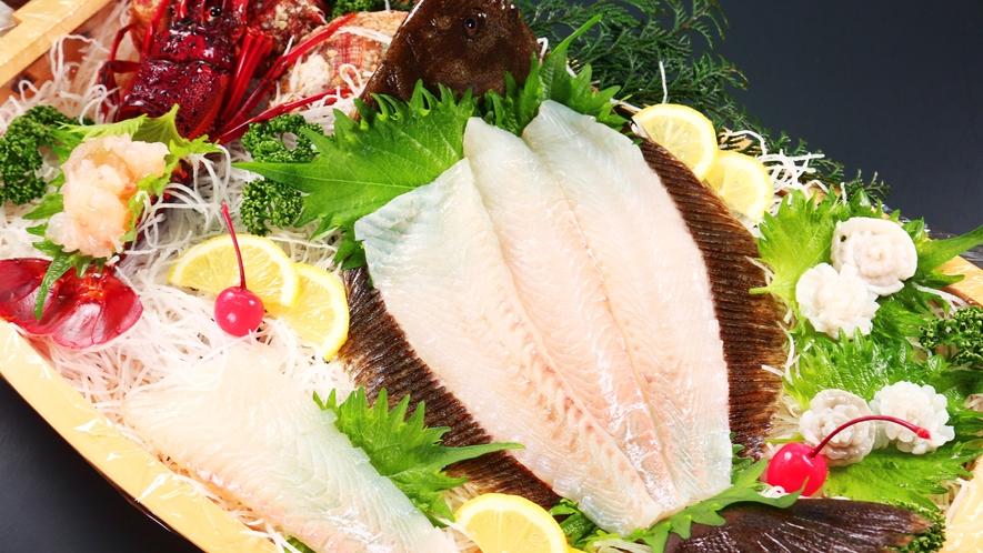*旬魚の活き造りは、ぎゅっと締まった身と噛めば噛むほど広がる甘み、新鮮だからこそ楽しめる味です