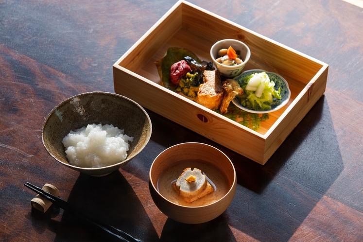 朝粥と精進弁当。国宝・明通寺で朝食を食べる、他では出来ない体験を。
