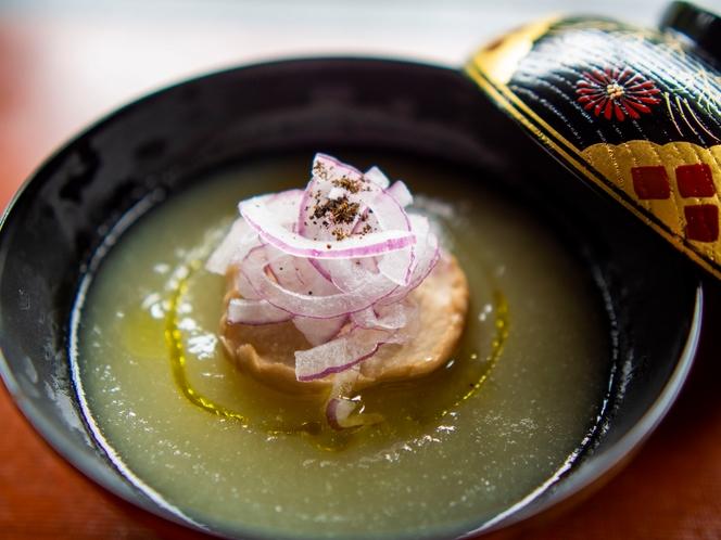 秋の精進料理 椀物「玉ねぎスープ」
