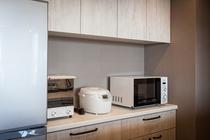 キッチンには冷蔵庫、電子レンジ、炊飯器、トースターを備えます。