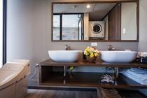 バスルーム手前の洗面スペース(二人での使いやすいダブルシンク)