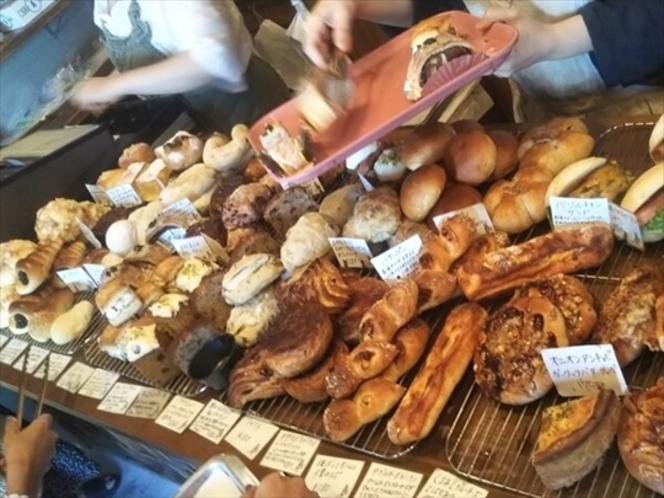宿から車で約7分、人気のパン屋さん「ほっぺパン」。那覇から宿に向かう58号線沿いです。