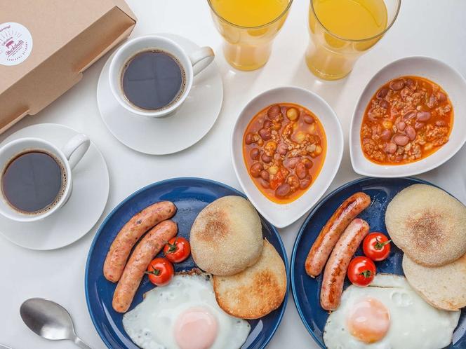 【基本パターン】ヌチブタのソーセージ、チリコンカン、卵、プチトマト、イングリッシュマフィン