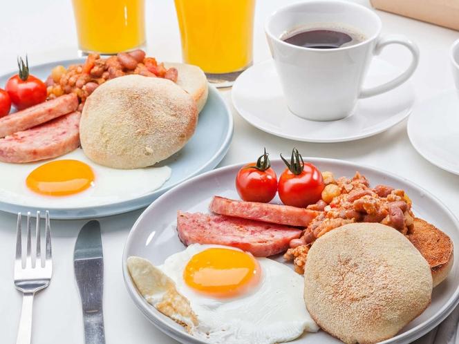 【連泊メニュー】ヌチブタの厚切りハム、チリコンカン、卵、プチトマト、イングリッシュマフィン
