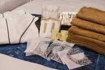 お部屋のアメニティセット(歯ブラシセット、レザー、ブラシ、マウスウォッシュ、入浴剤、ボディタオル他)
