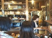hoppepan(ほっペパン)沢山のパンがぎっしりのカウンター。