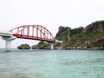 伊計島につながる伊計大橋(車で約55分)