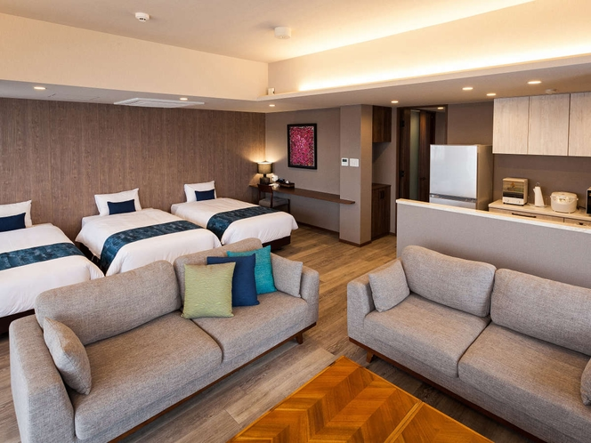 リビングにはソファーセットとシーリー製ベッドを3台設置。