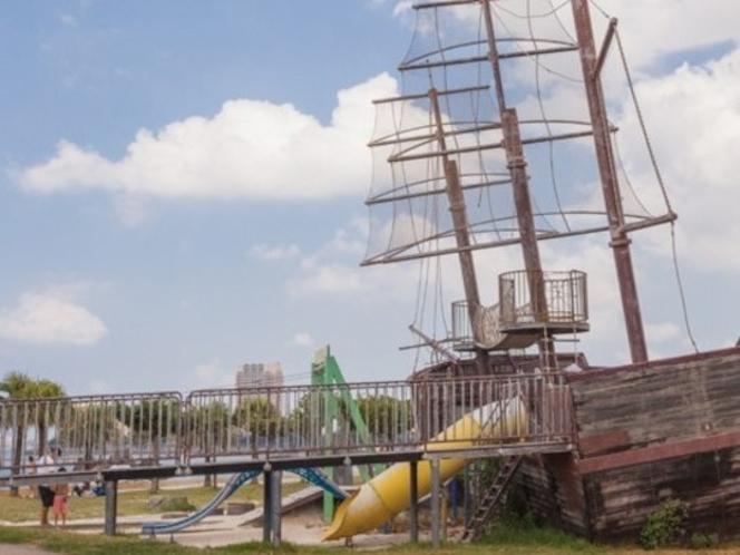 アラハビーチ公園の帆船(大型遊具)