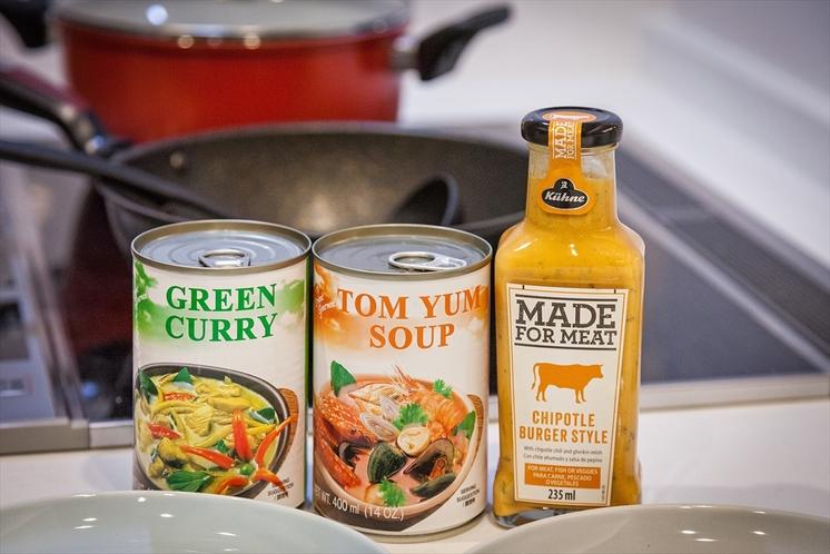 対面式キッチン(缶詰のグリーンカレーなどはイメージです。近くのスーパーで購入可能)