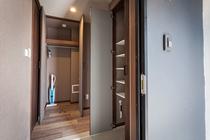 客室玄関(クローゼットに掃除機、大型シューズボックス)