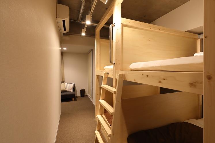個室(5名定員・専用バスルーム&トイレ、ミニキッチン付)