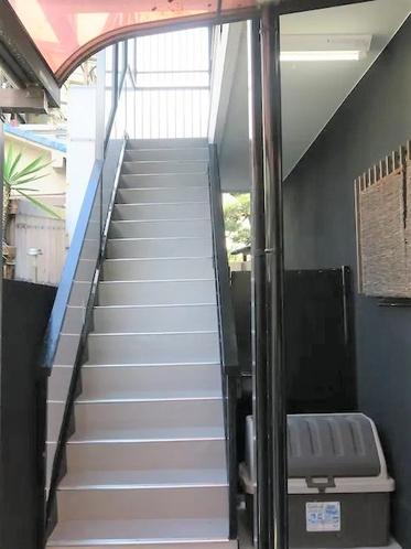 アパートの2~3階部分が優遊インです。入口階段をあがってください。
