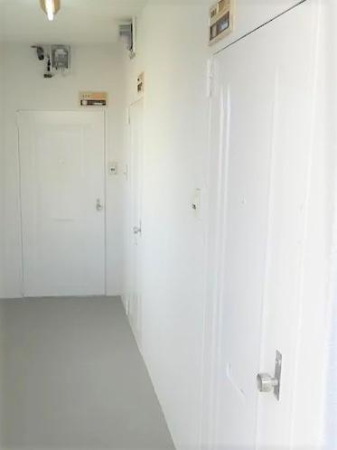 お部屋番号と鍵について、事前にメールでご連絡いたします。