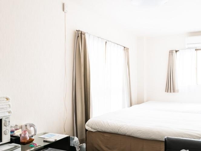 アパートメントタイプのため明るく、ベランダや窓が開閉できます。