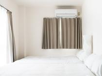 ツインルームは、大きめのダブルベッド2台で大人4名まで収容可能です。
