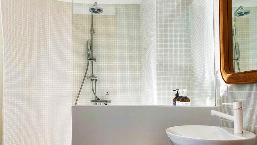 全てのお部屋にシャワールームは2つ用意をしております。大人数のご旅行でもゆったり利用できます。