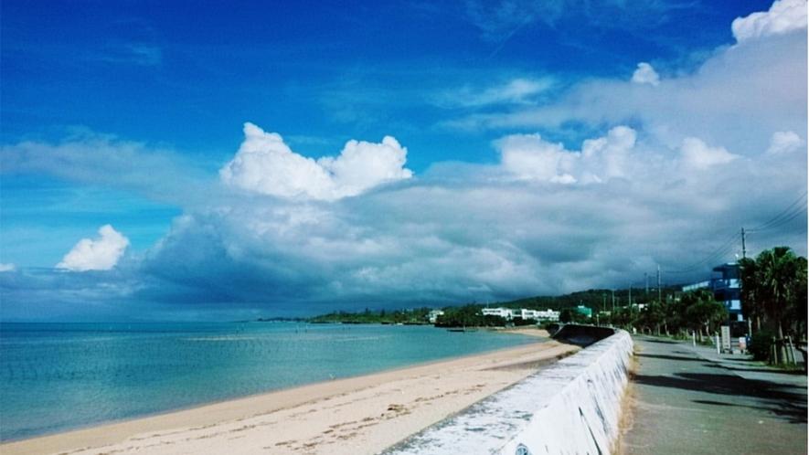 沖縄でも穴場のビーチ♪ホテルから徒歩3分で着きます。海水浴やBBQなど、お楽しみください。