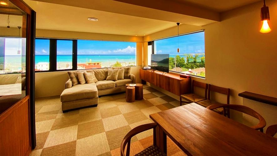 差し込む暖光と、眼前の青い海が、お客様をお迎えいたします。ごゆっくり景色をお楽しみください。