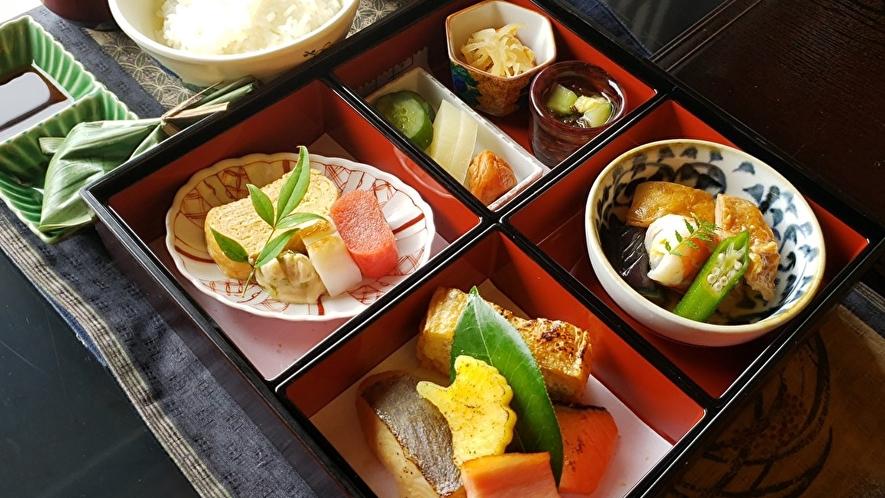 【特選弁当/朝食一例】お部屋で越後ならではの食材を盛り込んだお弁当をお召し上がり頂くプランです