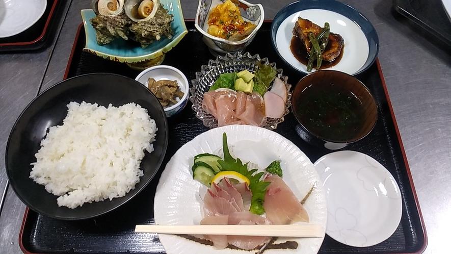 【夕食一例】お刺身盛り合わせ/ぶりの照焼/生ハムサラダ/いかの味噌焼き/サザエの壺焼き/あおさのお汁