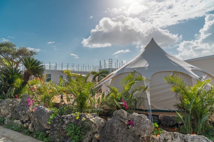 大きなテントが目印のフロント