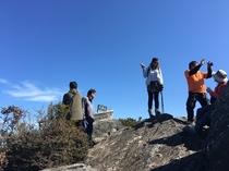山頂付近にある巨岩の上にて