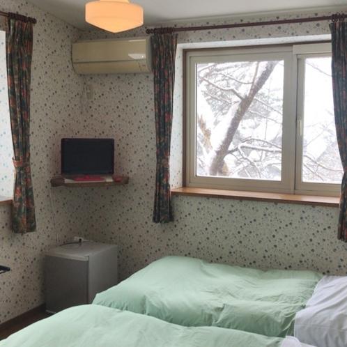 洋室 ツインルーム 春には窓から桜がご覧いただけます。