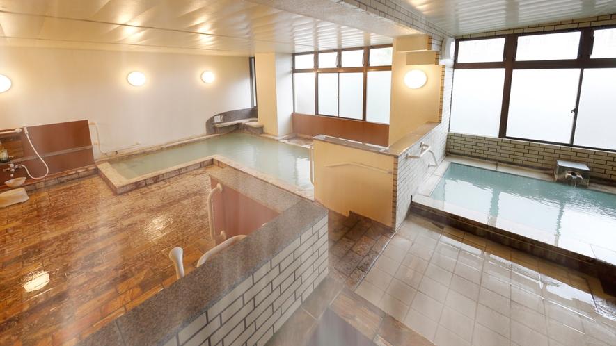 【男性の湯】岳の温泉は熱い!湯舟は2つ。「適温」と「熱め」お好みでお入りください。