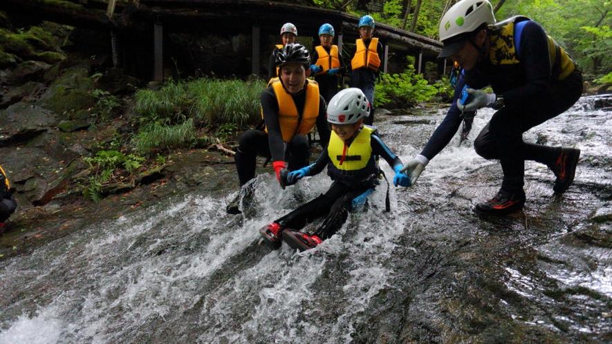 【シャワーウォーク】天然のウォーター滑り台で大人も子供も大興奮!