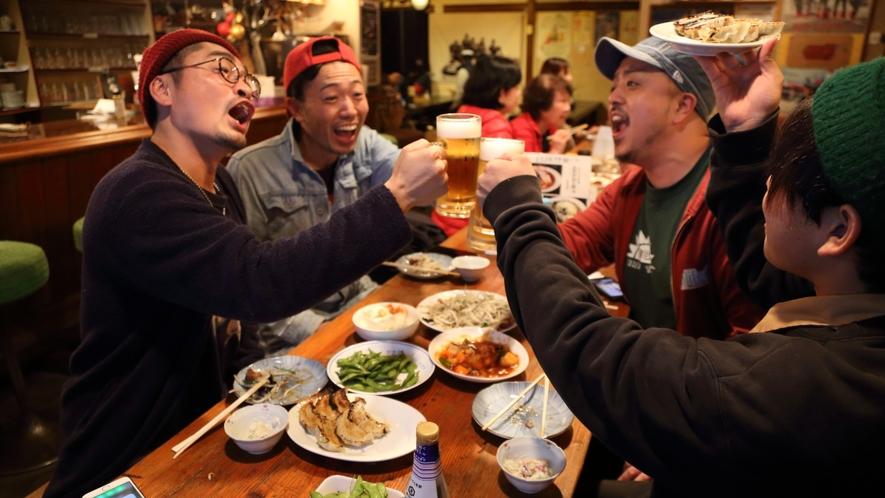 【よろづや】温泉街のHUB的な存在。地元民との交流もできちゃう居酒屋です