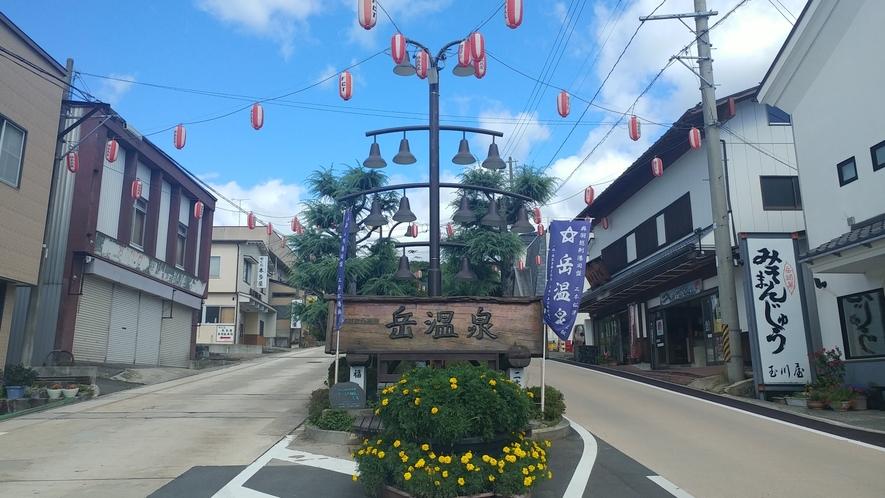 【岳温泉】メインストリートのシンボル。道の両脇には食事処、土産屋、宿などが立ち並びます。