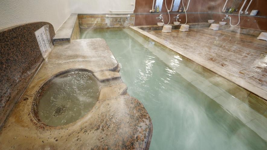 【女湯】あふれるかけ流し温泉をお楽しみください。