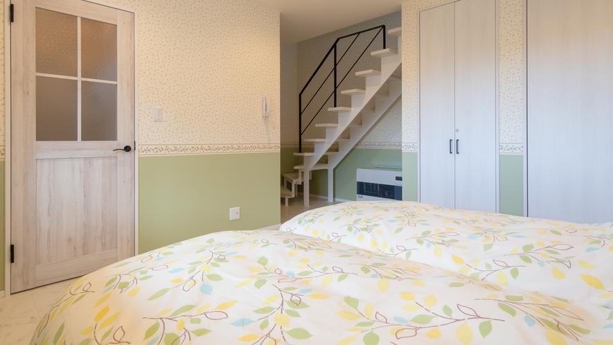 かわいらしいお部屋のプチスイート―2階へ上がるオープン階段