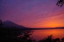 夕焼けの富士山と山中湖