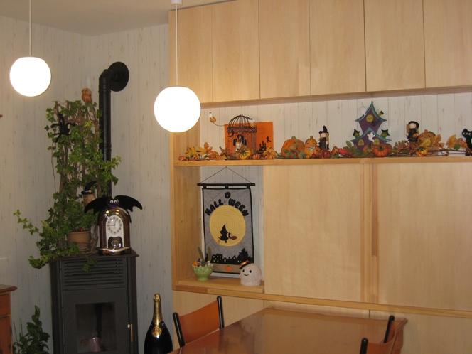 季節の飾りがかわいらしい、ダイニングルームの飾り棚