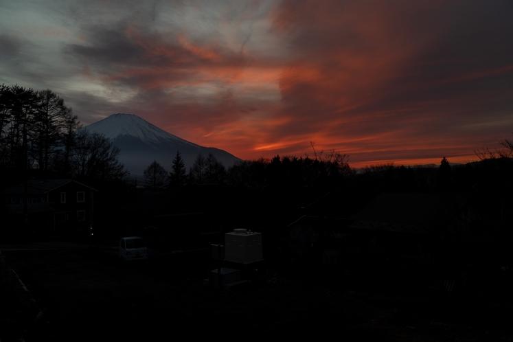 ウッドデッキからの夕焼けの富士山