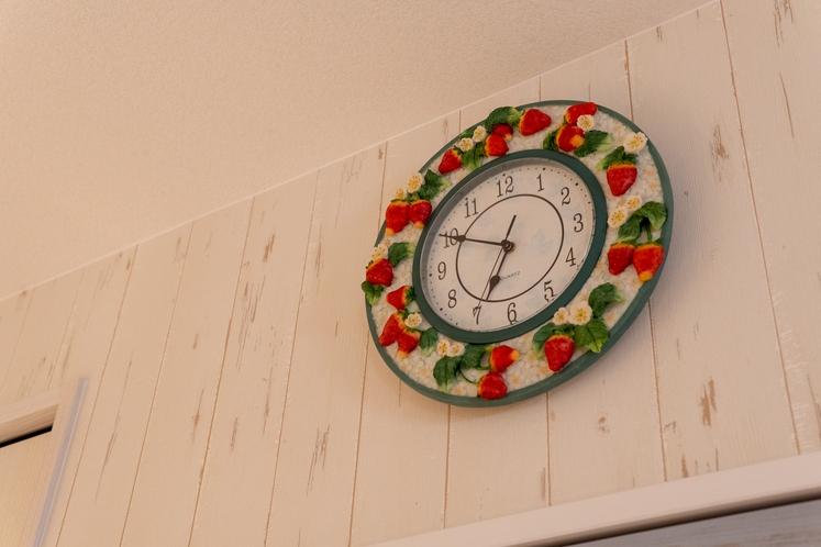 かわいいイチゴの時計