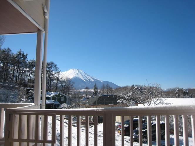 和モダンルームウッドデッキから―冬の富士山