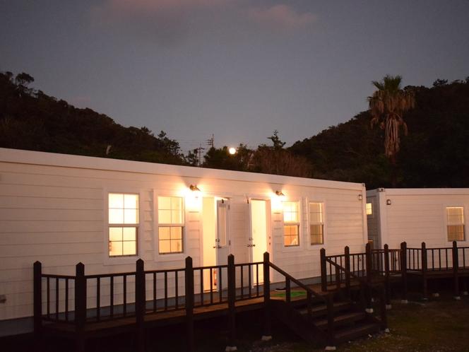 夜のトレーラーハウス外観
