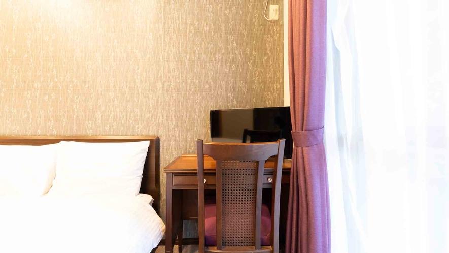 ・【1階】ベッドの脇にはデスクスペースもございますのでワーケーションにも最適です