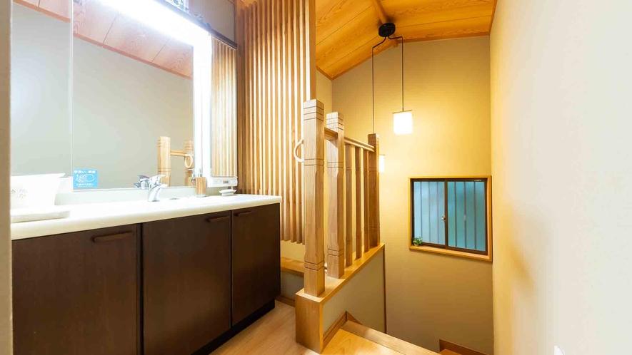 ・【2階】照明付きが嬉しい明るく清潔な洗面所