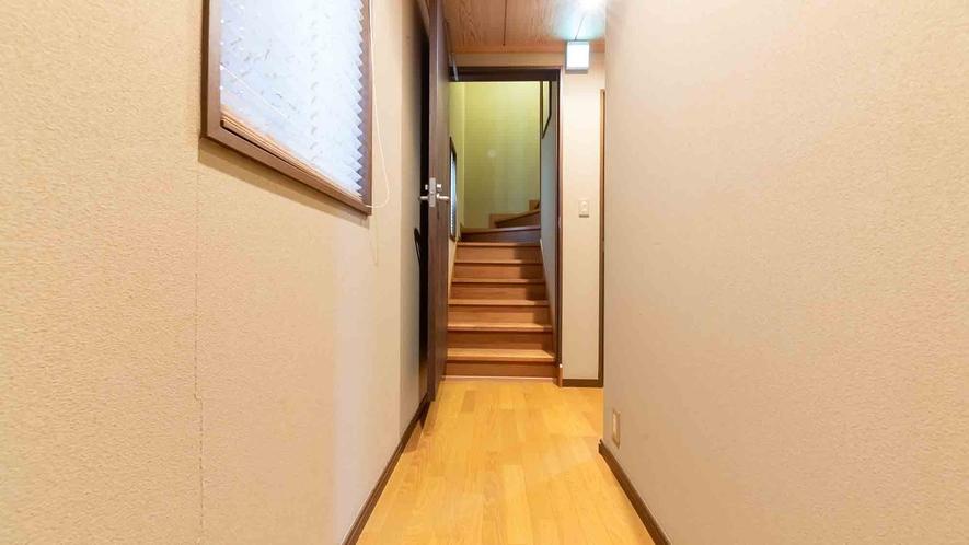 ・1階から2階へ向かう階段