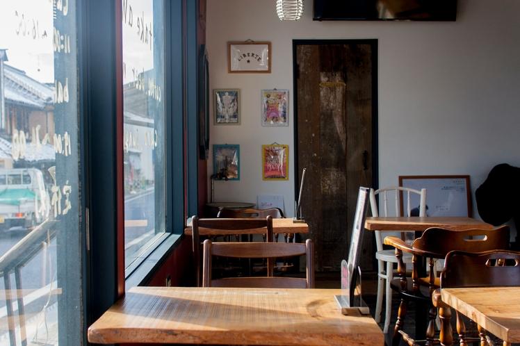 建物1階にあるカフェ&バル bajio